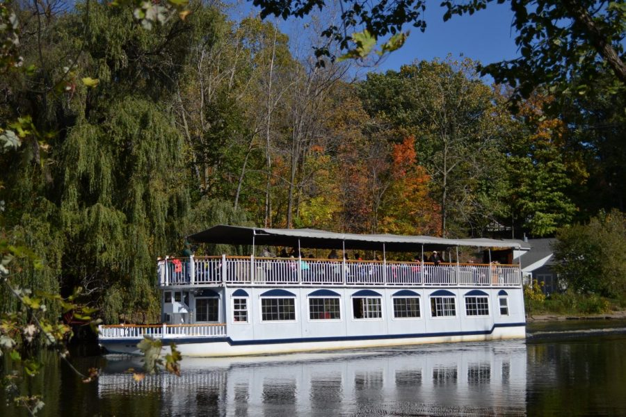 The+Grand+Ledge+riverboat+takes+community+members+on+a+tour+to+view+the+way+the+foliage+is+changing+for+fall.+The+2018+Color+Cruise+and+Island+Festival+was+39th+annual+celebration