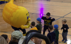 Winky the Comet meets elementary school Comets before the event. Many of these young Grand Ledge students participated in the Youth Basketball program.