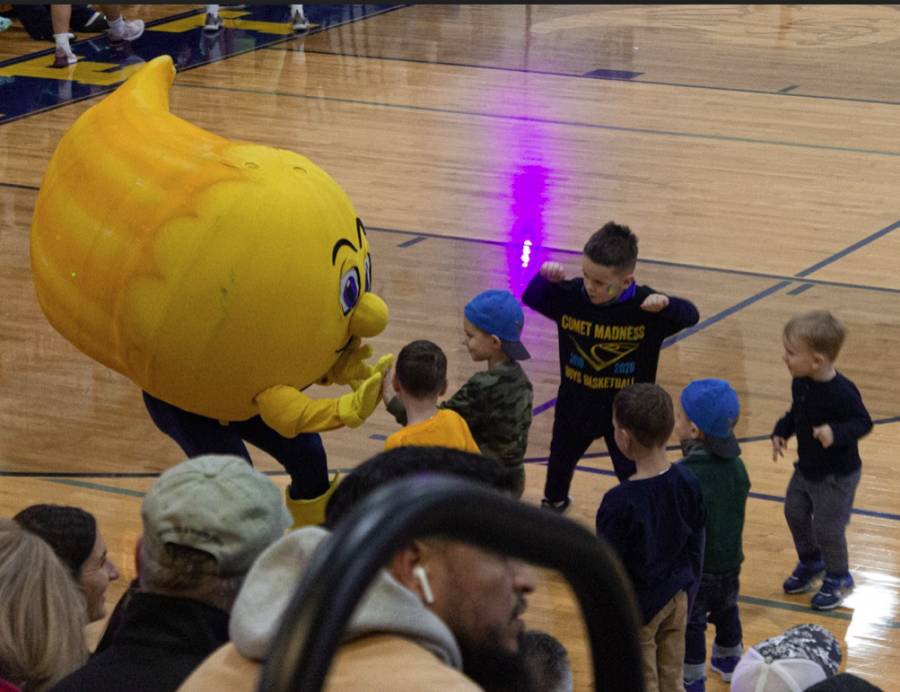 Winky+the+Comet+meets+elementary+school+Comets+before+the+event.+Many+of+these+young+Grand+Ledge+students+participated+in+the+Youth+Basketball+program.